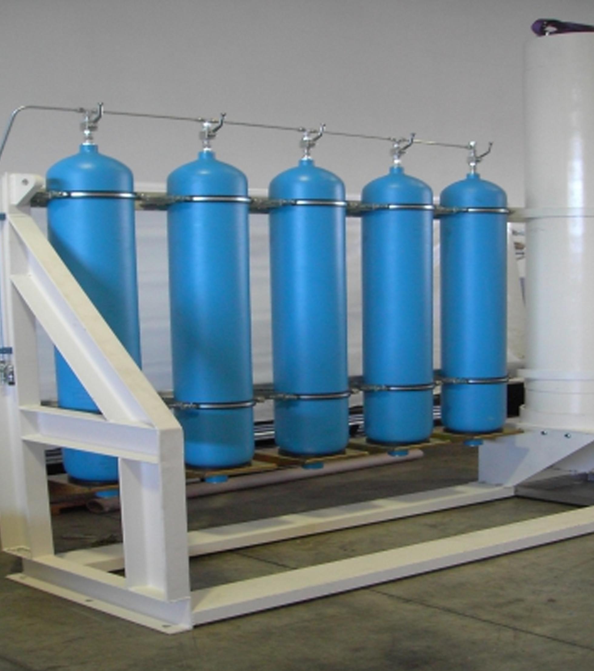 Sistema composto por Acumulador de Pistão Óleo-Hidráulica e as respectivas garrafas de azoto, para fecho de Emergência da Válvula de Topo